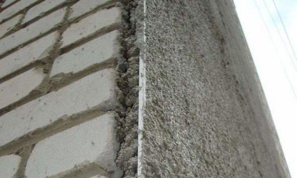 Теплоизоляционная штукатурка позволяет не только утеплять, но и выравнивать стены
