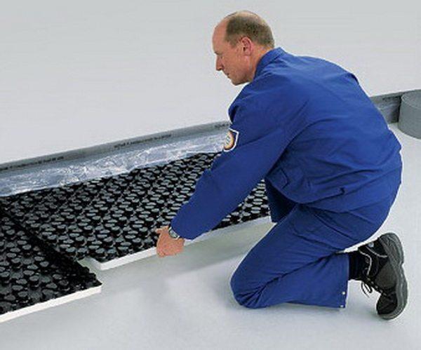Теплоизоляция для теплых полов укладывается на ровный чистый пол.