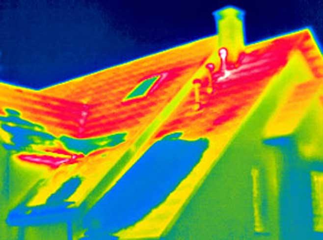 Тепловизор показывает сравнительную температуру поверхности стен и кровли. Здесь выводы очевидны: утепляем крышу!