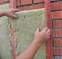 Если правильно подобрать шаг расположения перекрытий и направляющих, то часто можно обойтись без крепления панелей к стене