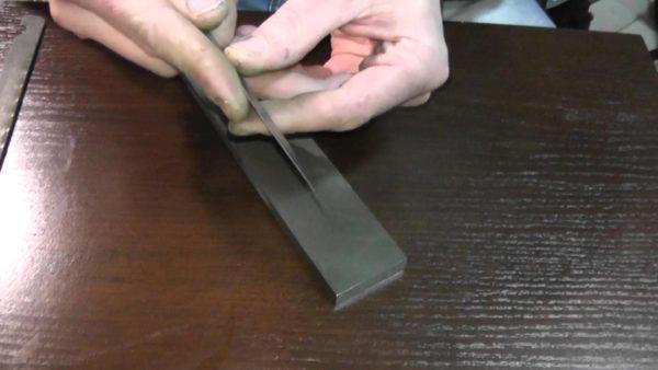 Точильный камень при использовании сапожного ножа всегда держите под рукой