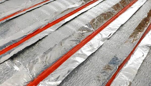 Трубы в канавках между рейками. Под каждую трубу укладываем отдельную теплоотражающую подложку