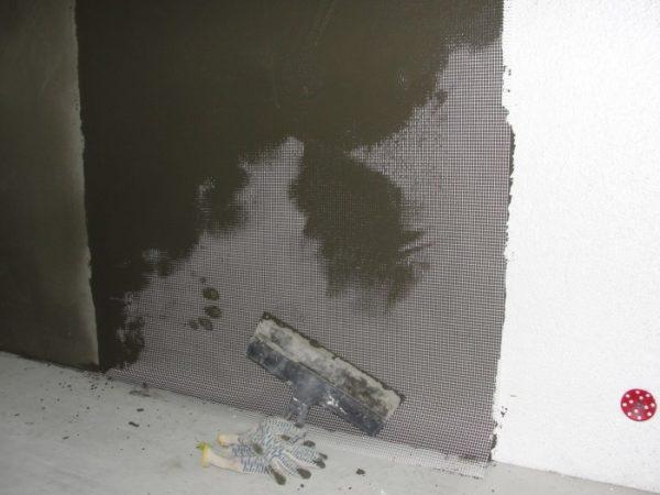 Цементный клеевой состав подходит и для оштукатуривания наружной поверхности пенопласта