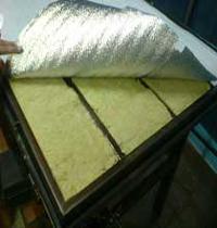 Укладка слоя минеральной ваты и паронепроницаемой пленки