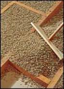 Укладка слоя вермикулита при теплоизоляции пола