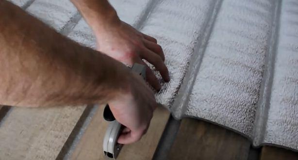 Укладывая теплый пол на деревянный пол, обязательно используем отражающую теплоизоляцию — либо сборную, либо рулонную