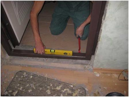 Устанавливать необходимо используя строительный или лазерный уровень