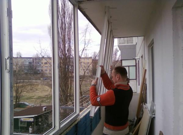 Установка балконного остекления.