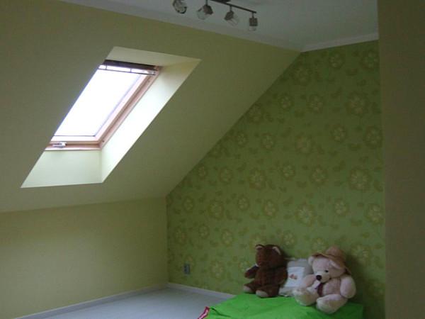 Установка специального окна на чердаке поможет решить проблему с его утеплением