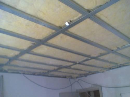 Утепление бетонного потолка предусматривает установку профилей.