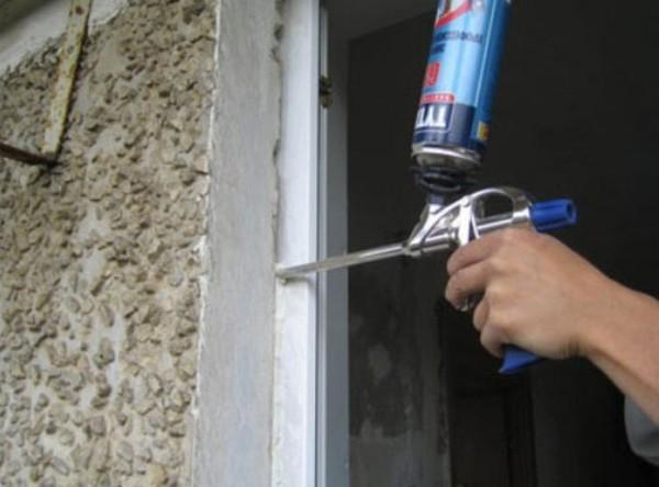 Утепление больших щелей осуществляется в такой же способ, как и утепление пластиковых окон