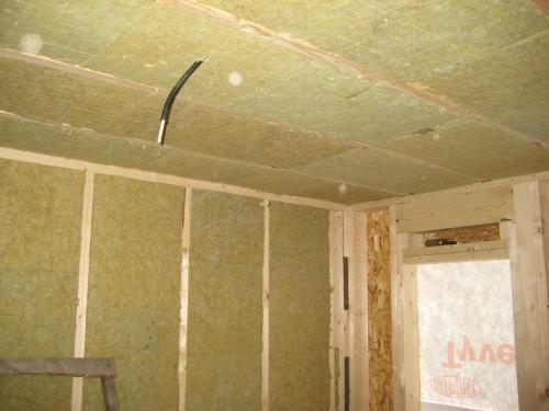 Утепление каркасного дома минеральной ватой – один из немногих способов эффективного снижения теплопотерь