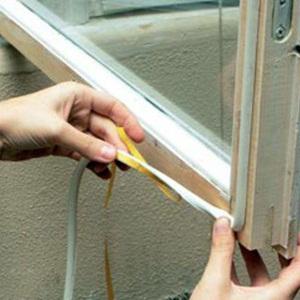 Утепление окна специальной клейкой лентой