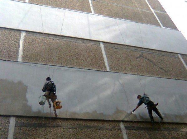 Утепление панельных домов снаружи бригадой промышленных альпинистов