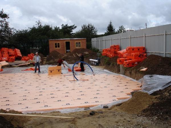 Утепление плитного фундамента на этапе строительства