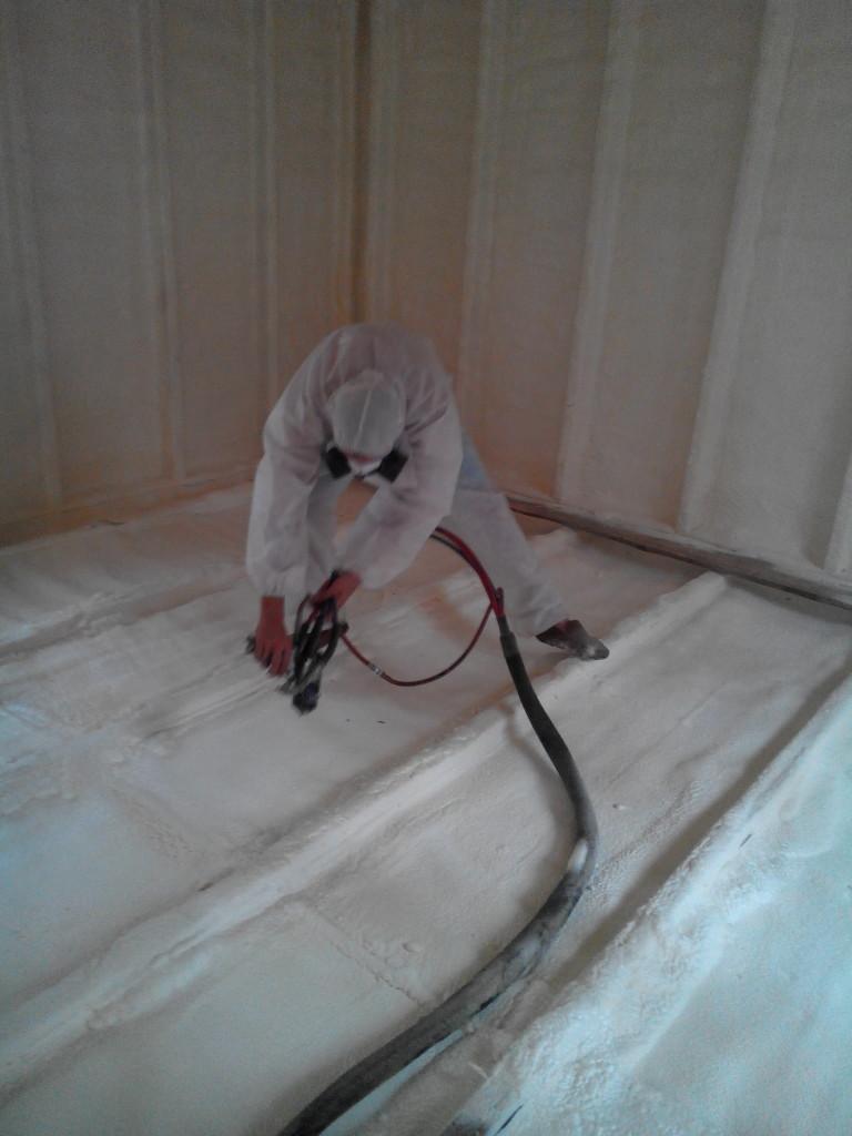 Утепление потолка частного дома жидкими составами производится специалистом с применением спецтехники.