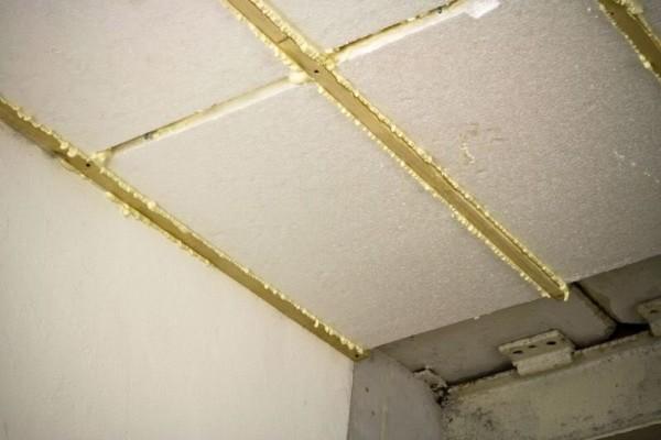 Утепление потолка в гараже пенопластом не менее важно, чем утепление стен.