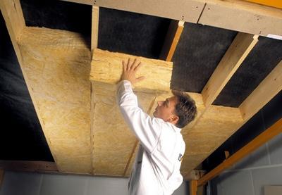 Утепление потолков в частном доме часто производят с использованием минеральной ваты.