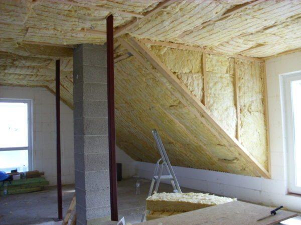 Утепление стен изнутри с помощью ваты можно осуществить своими руками.