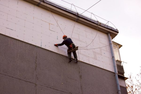 Утепление стен многоквартирных домов становится все более актуальным.