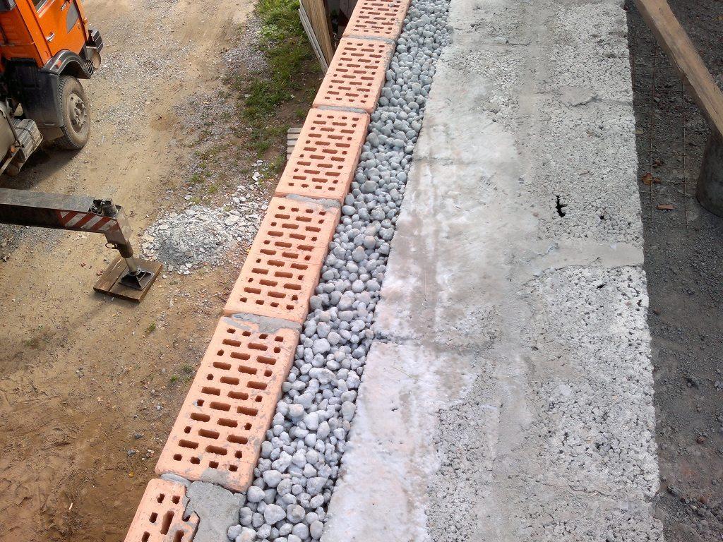 Утепление стен с помощью сыпучих теплоизоляторов производится путем сооружения трехслойной структуры.
