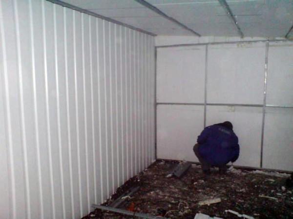 Утепленный гараж становится уютнее и красивее. Перед тем, как утеплить ворота в гараже пенопластом, утепляют стены и потолок.