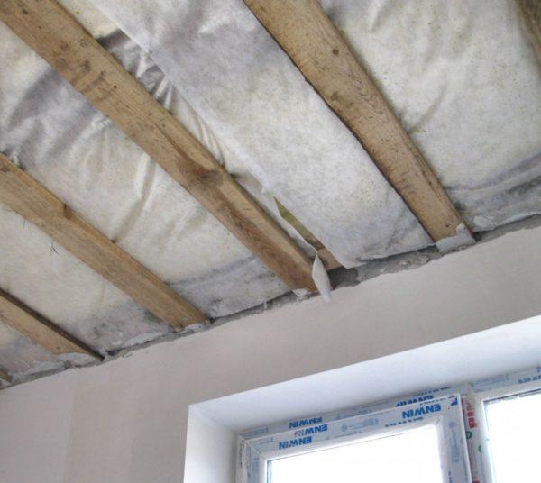 Утепленный подвесной потолок хорош тем, что его можно зашить разными материалами, начиная с гипсокартона и заканчивая вагонкой