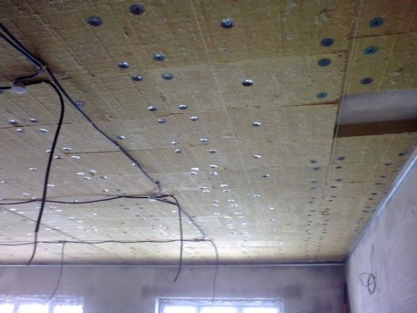 Утеплить потолок можно как с наружной стороны, так и изнутри