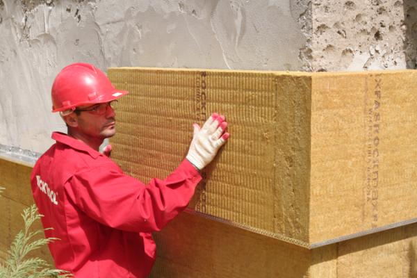 Утеплитель Rockwool Фасад Баттс в процессе монтажа на стену