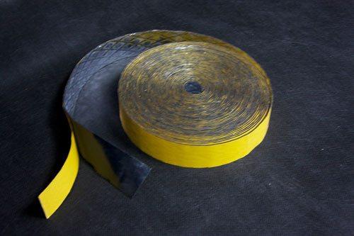 Узкая лента используется для герметизации оконных и дверных проемов