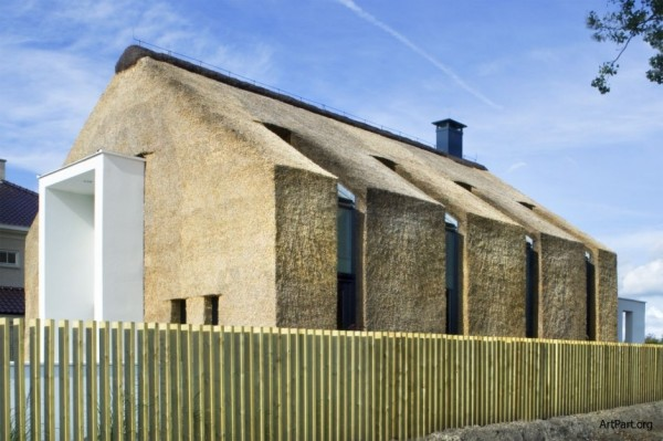 В Голландии практикуют не только утепление дома соломой, но и строительство зданий из соломы.