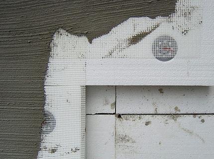 В особенно запущенных случаях практикуется облицовка пенопластом в два слоя с перехлестом швов.