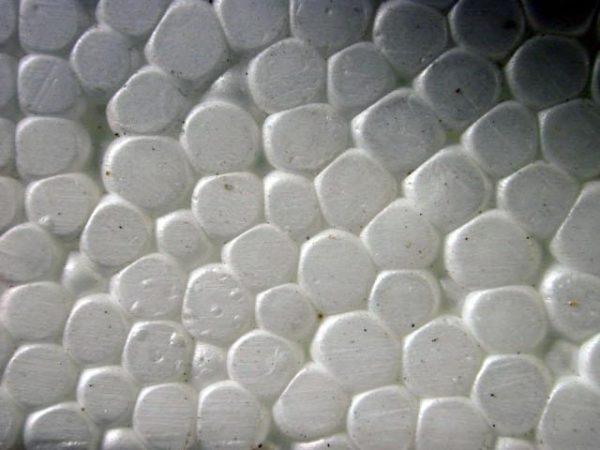 В результате пористой структуры пенопласт легко крошится и ломается