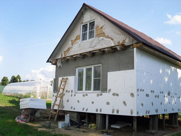 В результате сплошной обшивки нарушается естественная вентиляция стен
