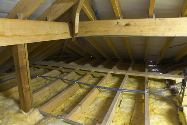 Вата — традиционный утеплитель потолка деревянного дома.