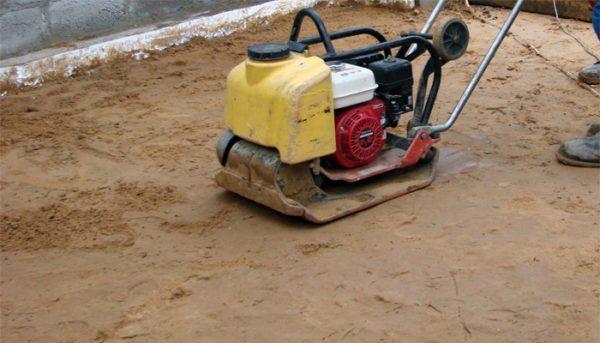Влажный песок трамбуется намного лучше сухого