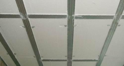 Во влажных помещениях для обрешетки лучше использовать оцинкованный профиль.