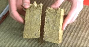 Вода не проникла внутрь волокон, материал сухой.