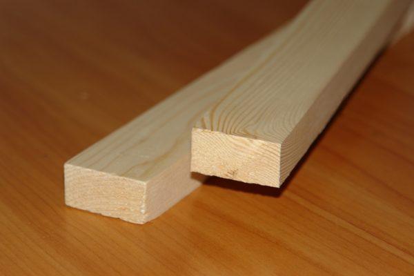 Выбирайте сухую деревянную рейку, чтобы она не трескалась после монтажа