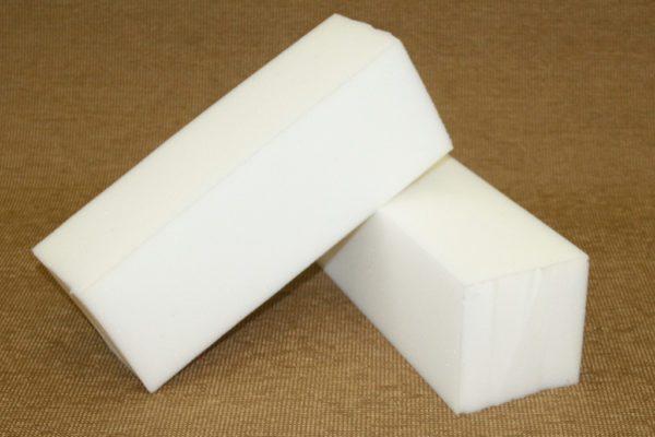 Вырезанные из пены бруски демонстрируют структуру ППУ: материал стоек к изменениям температур.