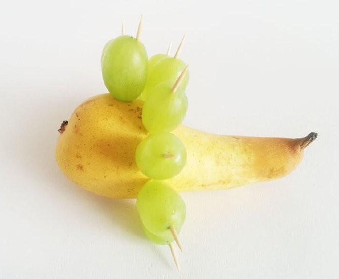 Забавный ежик из винограда