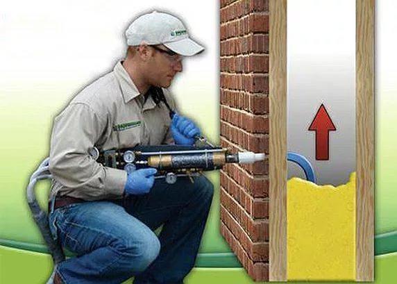 Заливка пены в каркасные стены осуществляется через отверстие, после их обшивки