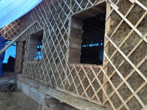 Заполненная соломенными блоками стена каркасного здания.