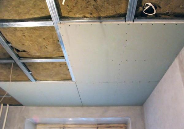 Зашиваем потолок гипсокартоном или другим материалом.