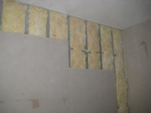 Зашиваем стену гипсокартоном.