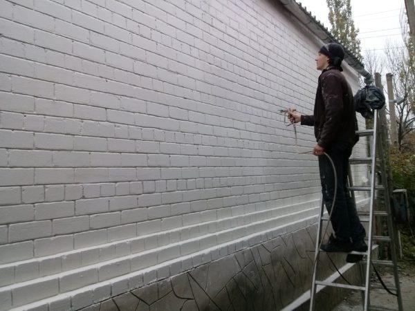 Жидкая теплоизоляция позволяет быстро и достаточно эффективно утеплить стены изнутри или снаружи